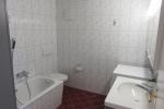 Badezimmer gross mit Badewanne und Waschmaschine